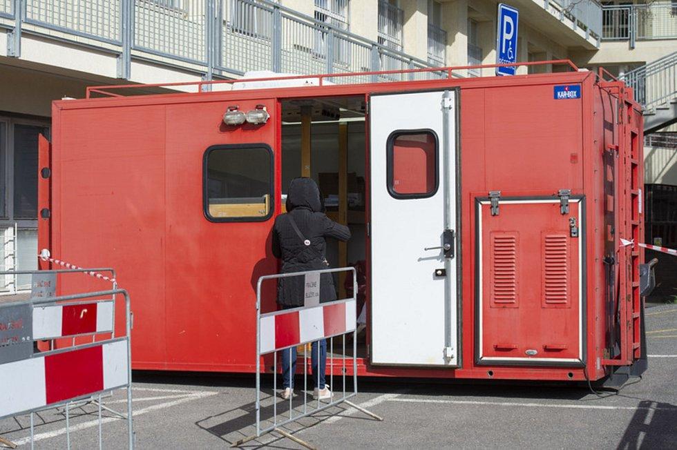V Nemocnici na Bulovce je odběrové místo ve speciálním kontejneru u budovy Kliniky infekčních chorob