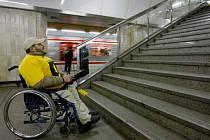 MĚSTO PLNÉ BARIÉR. Ještě 25 stanic metra je bariérových a vstup na pohyblivé schody je vozíčkářům zakázán. 52 tramvajových zastávek má výstup do vozovky bez ostrůvku.