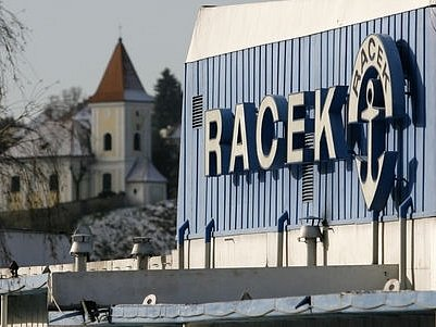 Dnes byl posunut o několik desítek metrů botel Racek kvůli odbagrování nánosů bahna v jeho blízkosti.