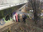Terénní pracovnice bezdomovcům nosí jídlo i oblečení