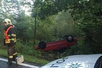 Poblíž obce Libeř skončilo po nehodě osobní vozidlo na střeše.