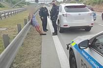 Policejní zákrok odhalil u řidičky přes tři promile alkoholu, během kontroly pak ještě stačila narazit do policejního vozu.