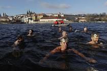Příznivci otužování na vlastní kůži okusili teplotu vody, která v posledních dnech dosahuje maximálně dvou stupňů Celsia, při tradiční tříkrálové otužilecké plavbě 6. ledna v Praze.