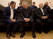 Obžalovaní zleva Michal Urbánek, Radomír Kučera a Peter Kmeť před jednáním u pražského městského soudu