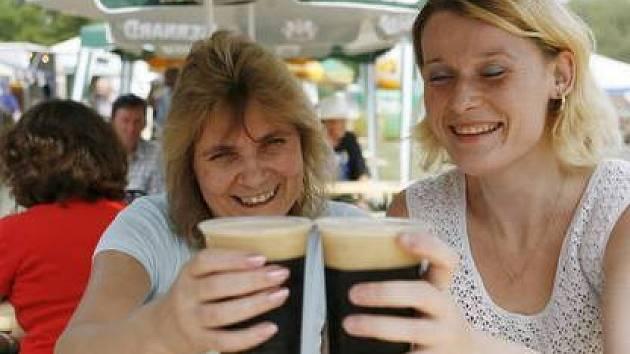 NA ZDRAVÍ. Na pivobraní přicházejí někteří milovníci zlatavého moku každý rok.