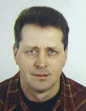 NA ÚTĚKU. Policie pátrá po Stanislavovi Kotrbatém. Je ozbrojený a velmi nebezpečný, proto by se ho lidé neměli pokoušet zadržet.