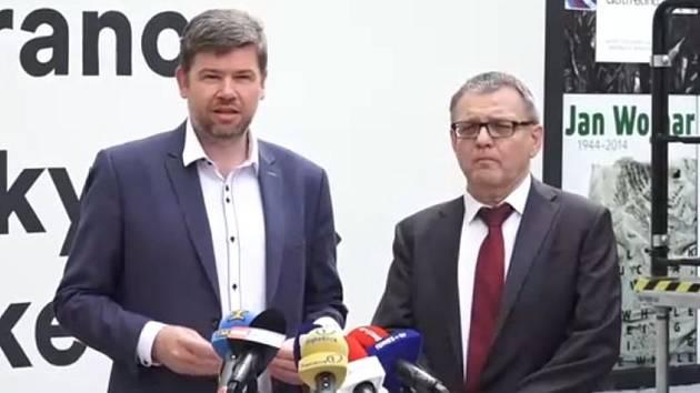 Jiří Pospíšil a Lubomír Zaorálek na tiskové konferenci k následkům požáru v technické místnosti Musea Kampa.