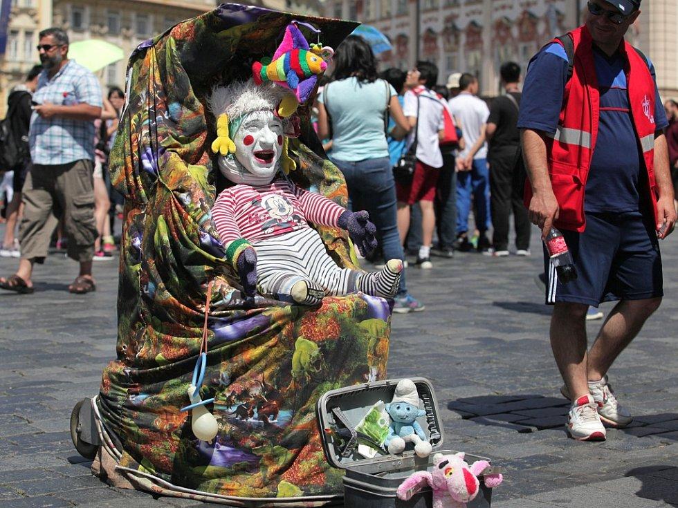Pouliční umělci v Praze.