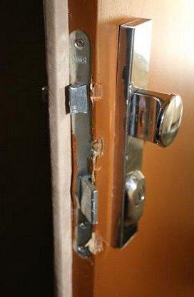 Pražští policisté dopadli pachatele, kteří vPraze Vokovicích vykradli byt.