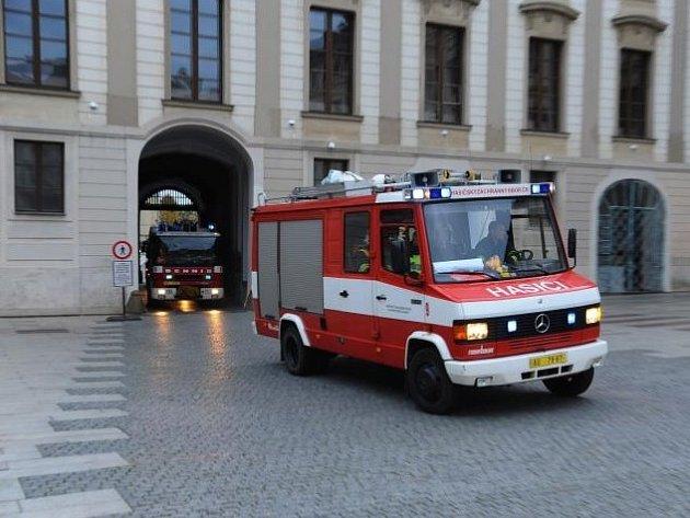 Pražští hasiči nacvičují zásah na ochranu památek před požárem.