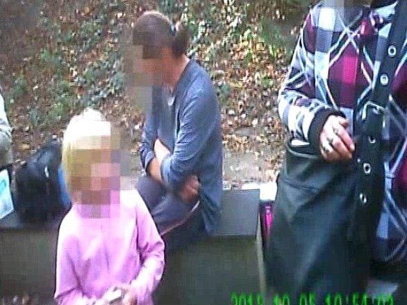 Holčička si stěžovala mezi bezdomovci na mámu, se kterou nechce být.