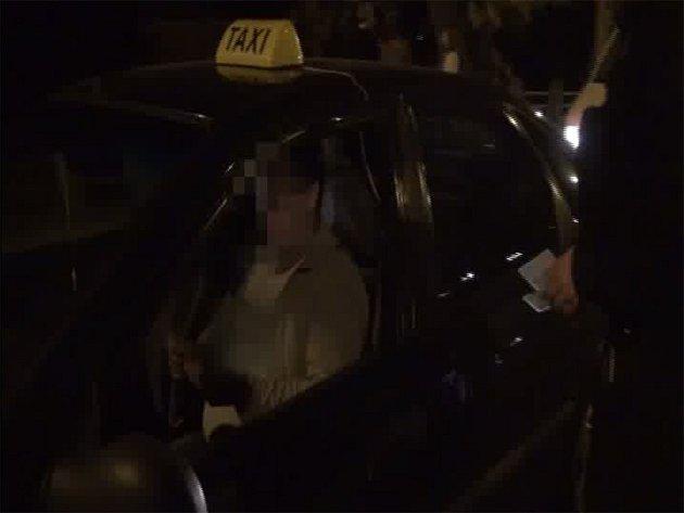 Dva řidiče vozů taxislužby, kteří vozili pasažéry navzdory vyslovenému zákazu činnosti, dopadli v pondělí v noci pražští strážníci.