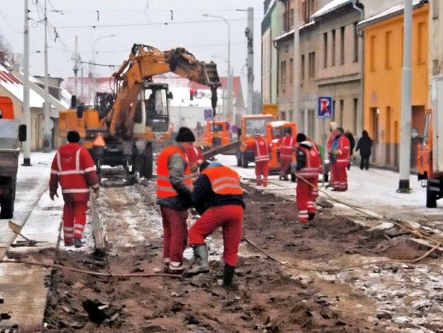 Trojská ulice v Praze je nyní jedno velké staveniště, které se má v budoucnu proměnit v moderní tramvajovou trať. Alespoň v to všichni doufají.