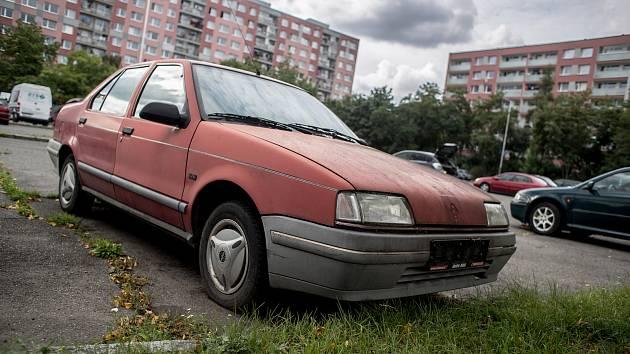 Vrak stojíci na pražském Jižním Městě, na parkovišti v Metodějově ulici, 3. září
