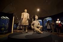 Výstava Poklady staré Číny byla zahájena 7. srpna v Císařské konírně Pražského hradu. Výstava představující na sto šedesát předmětů zapůjčených z tří význačných muzeí Číny zachycuje období pěti tisíc let čínských dějin.