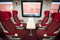 ROPID představil v Praze patrový vůz pro posilové příměstské vlaky.