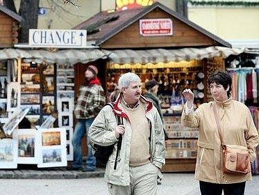 Podle novely tržního řádu budou muset stánkaři na některých místech skončit prodej, Od Nového roku i stánky ze Staroměstském náměstí (2) suvenýry umělecké předměty malba grafika turistika turista památky.