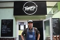 Před několika lety Tomáš začal ze svého food trucku prodávat hamburgery a hot dogy. Rok po otevření vyhrál se svým tajným receptem Burgerfest. Na začátku roku otevřel i bistro, které se opět snaží postavit zpátky na nohy. Otec dvou malých dcer chce svou r
