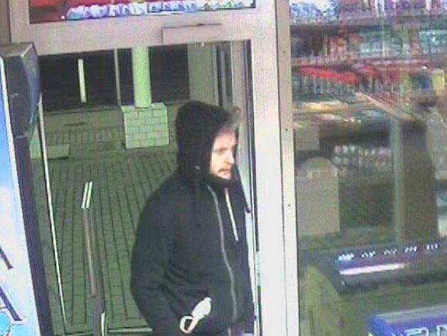 Neznámý muž vešel do prodejny benzinové čerpací stanice vulici Sokolovská