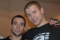Dvojice úspěšných zápasníků MMA Penta gymu po vítězných bojích v Brně: Filip Macek (vlevo) a Stanislav Futera.