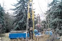 FOTOGRAFIE JAKO DŮKAZ. V době, kdy byla na pozemek bývalého zahradnictví uvalena úřední plomba, zachytil zde svědek dělníky a těžkou stavební techniku. Někdo tu porušil zákon.