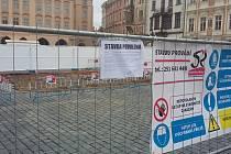 Na Staroměstském náměstí začala stavba repliky mariánského sloupu.