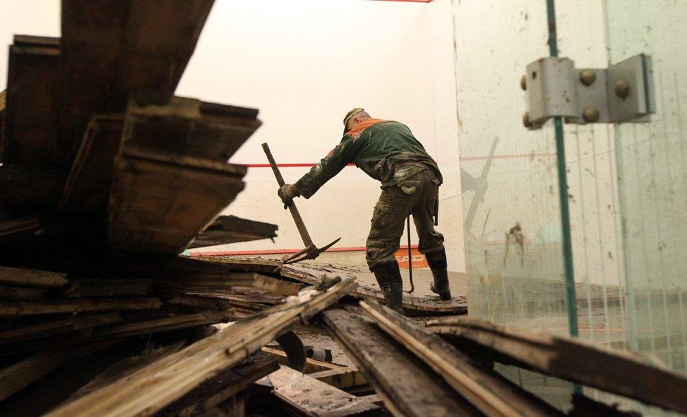 Úklidové práce v areálu Hamr v Záběhlicích ve čtvrtek 6. června.