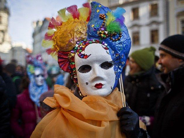 Průvod masek na Staroměstském náměstí v sobotu 7. února odpoledne zahájil letošní pražský karneval, kromě tradičních italských postav nechyběly ani masopustní maškary nebo čínský drak.