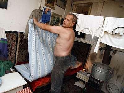 Bezdomovec ve svém příbytku v ulici Školní v Praze 4.