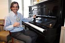 Majitel Zdeněk Březina rád hraje na piáno a objevuje vína. Podnikání se snaží brát poctivě jako za dob jeho babičky.