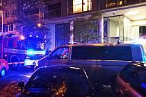 Velmi dramatický měli vstup do víkendu obyvatelé Karlína i pražští policisté. Kvůli ozbrojenému muži, který se i se svou přítelkyní zabarikádoval v jednom z bytů v Křižíkově ulici, byla dokonce povolána zásahová jednotka.