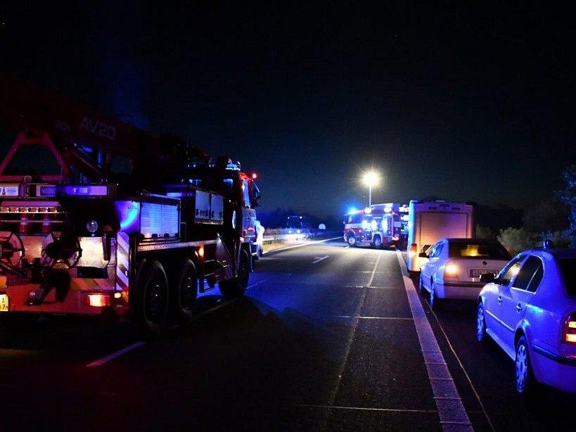 Auto jedoucí po D11 v protisměru se čelně střetlo s náklaďákem, oba vozy shořely, řidiči zemřeli.