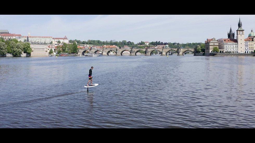 Efoil kombinuje surfování s létáním.