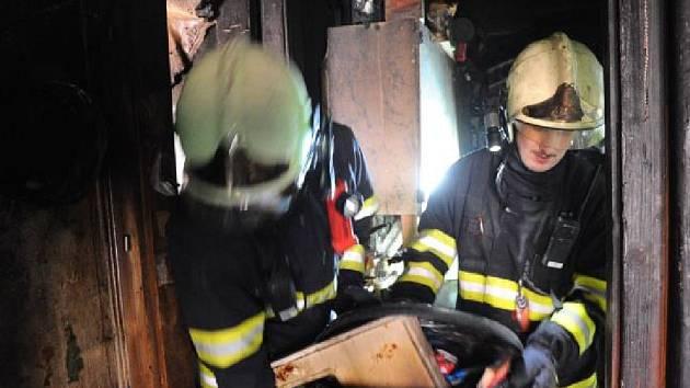 Obyvatelé domu v ulici Pplk. Sochora na Letné cítili kouř – zprvu ale nebylo jasné, co se děje.