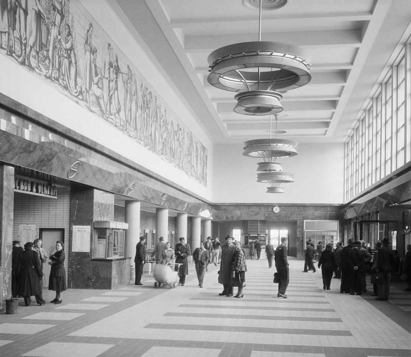 SMÍCHOVSKÉ NÁDRAŽÍ. Pohled do odjezdové haly s pokladnami smíchovského nádraží. 17. 6. 1955.