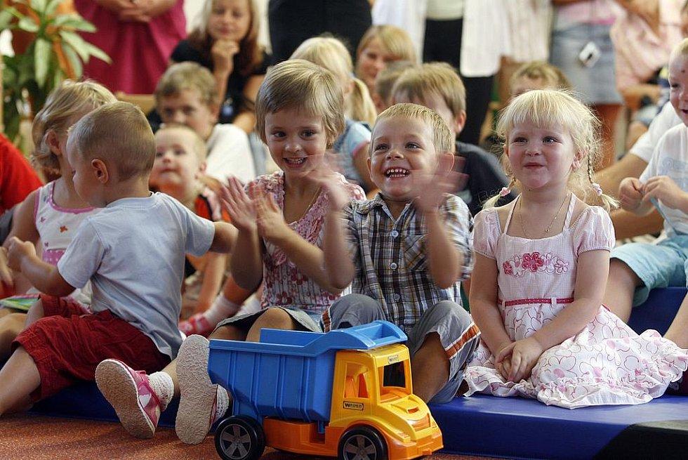 Slavnostní otevření první mateřské školky v Kněževsi, která vznikla jako nástavba nad zdravotním střediskem.