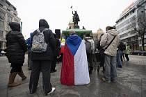 Na pražském Václavském náměstí demonstrovaly 21. února 2021 odpoledne asi tři stovky lidí proti vládním opatřením proti šíření koronaviru