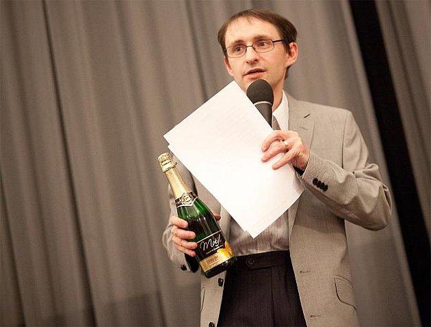 UŽ JE MU 20 LET. Petr Lášek může otevírat nejen symbolické šampaňské. Festival neprofesionálních filmů PAF, který v roce 1992 založil, oslavil letos svůj dvacátý ročník.