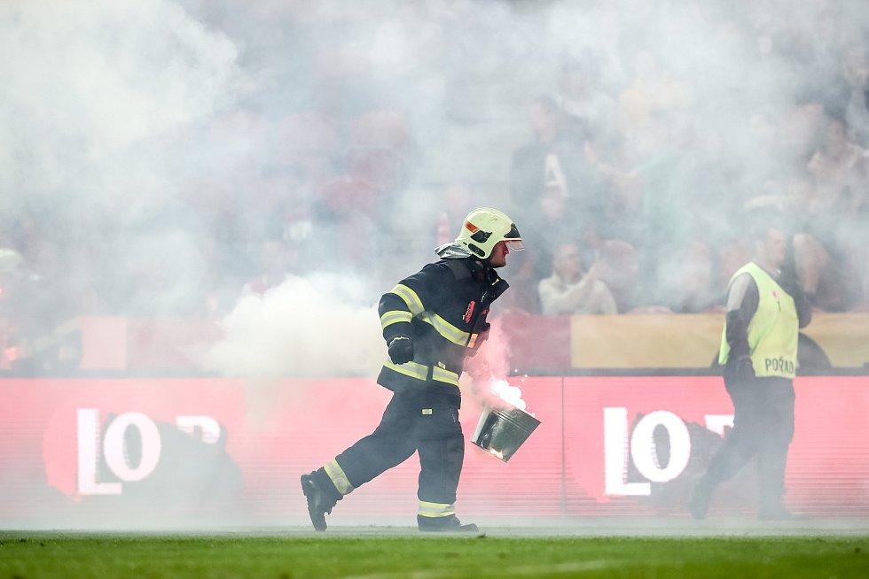 Zápas semifinále poháru MOL Cup mezi Slavia Praha a Sparta Praha hraný 24. dubna v Praze. Dýmovnice od fanoušků Sparty