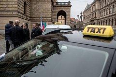 Necelá desítka taxikářů se sešla 13. listopadu 2018 v Praze k protestu proti aplikacím jako jsou Uber nebo Taxify.