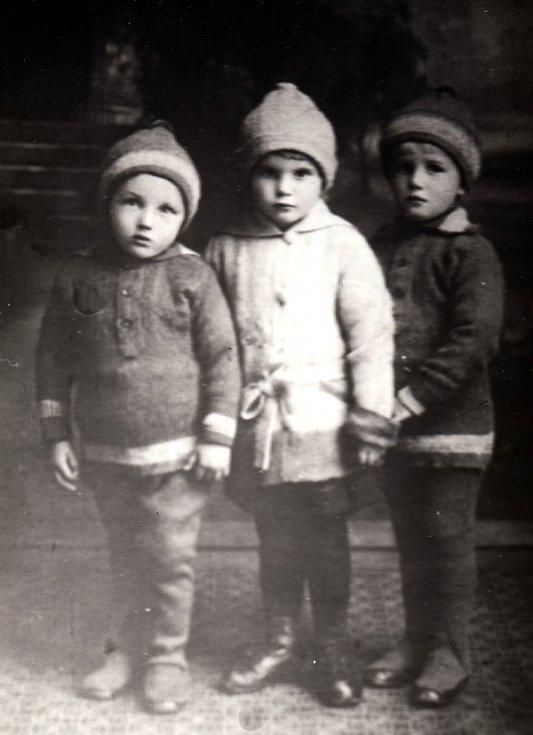 Zleva - bratr Zbyněk, sestřenice Lída a Vladimír (1926).