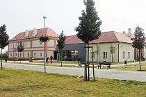 Usedlost Ladronka je ozdobou oblíbeného parku. Praha 6 do rekonstrukce v minulosti investovala 100 milionů korun, roční nájem ale činil pouze 510 tisíc korun, tedy 42,5 tisíce měsíčně. Letos v březnu dostal provozovatel výpověď.
