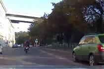 Pronásledování řidiče motorky.
