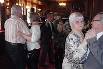 Hned první tóny zvedly ze židlí tanečníky, kteří tak využívají možnost vzájemného setkávání