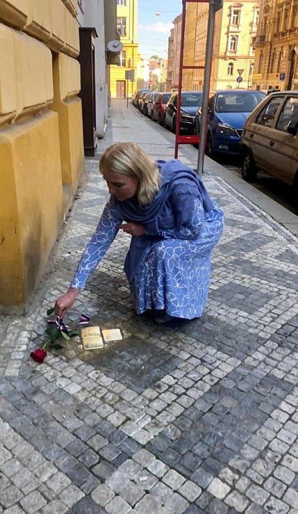 Pokládání Kamenů zmizelých se v Praze 2 zúčastnila i starostka Jana Černochová.