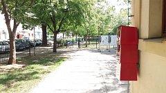 Červení parazité dorazili i na Řezáčovo náměstí, Park Tusarova a ulici U Průhonu