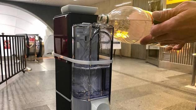 Revizoři pražského dopravního podniku v rámci boje s koronavirem pomáhají například doplňovat dávkovače s dezinfekcí v metru.