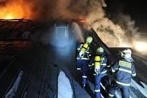 Požár střechy rekonstruovaného dvojdomku v ulici V Zámcích na okraji pražských Bohnic.