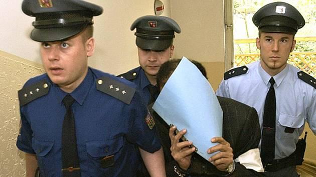 Listem papíru kryl svoji tvář člen katarské královské rodiny Hámid bin Abdal Sání obžalovaný ze sexuálních kontaktů s nezletilými dívkami, kterého 25. dubna 2005 vězeňská stráž přivedla do budovy Obvodního soudu pro Prahu 2.