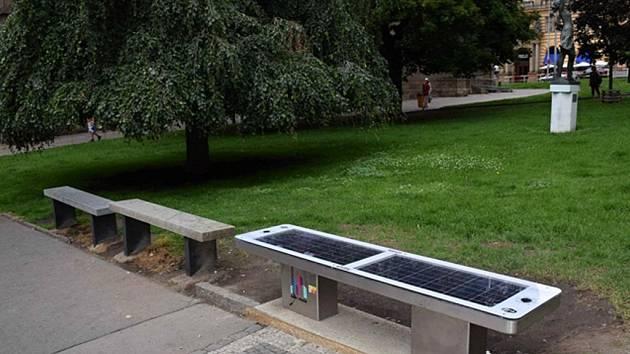 Chytrá lavička na náměstí Míru.